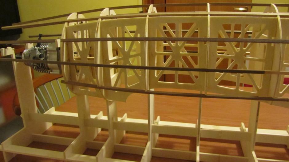 questa è la struttura ad ordinate e traliccio nella parte anteriore, si nota lo scaletto molto comodo per un lavoro sicuro e preciso