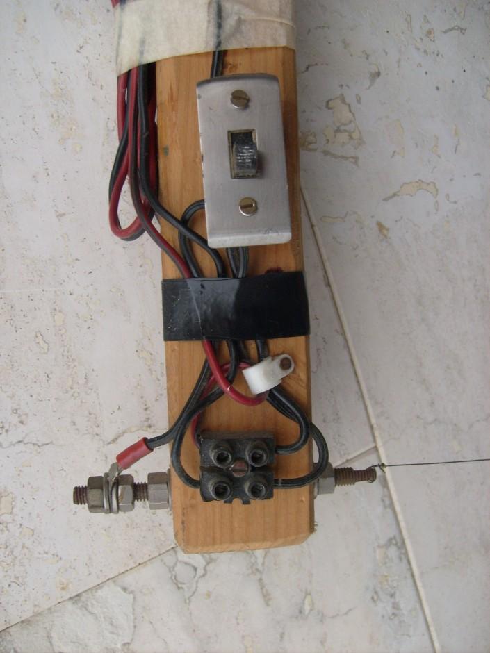 Particolare dell'interrutttore e della partenza di un cavetto sul filo da taglio